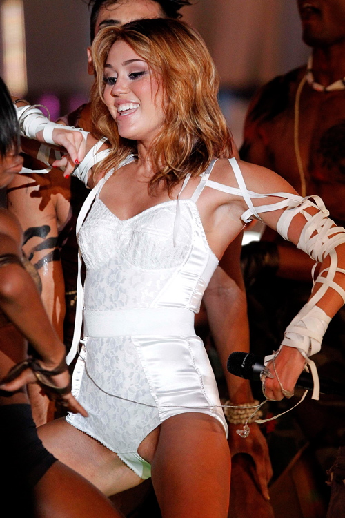 Miley-Cyrus-Shows-Pussy-Lips-and-Hot-Camel-Toe-On-Stage